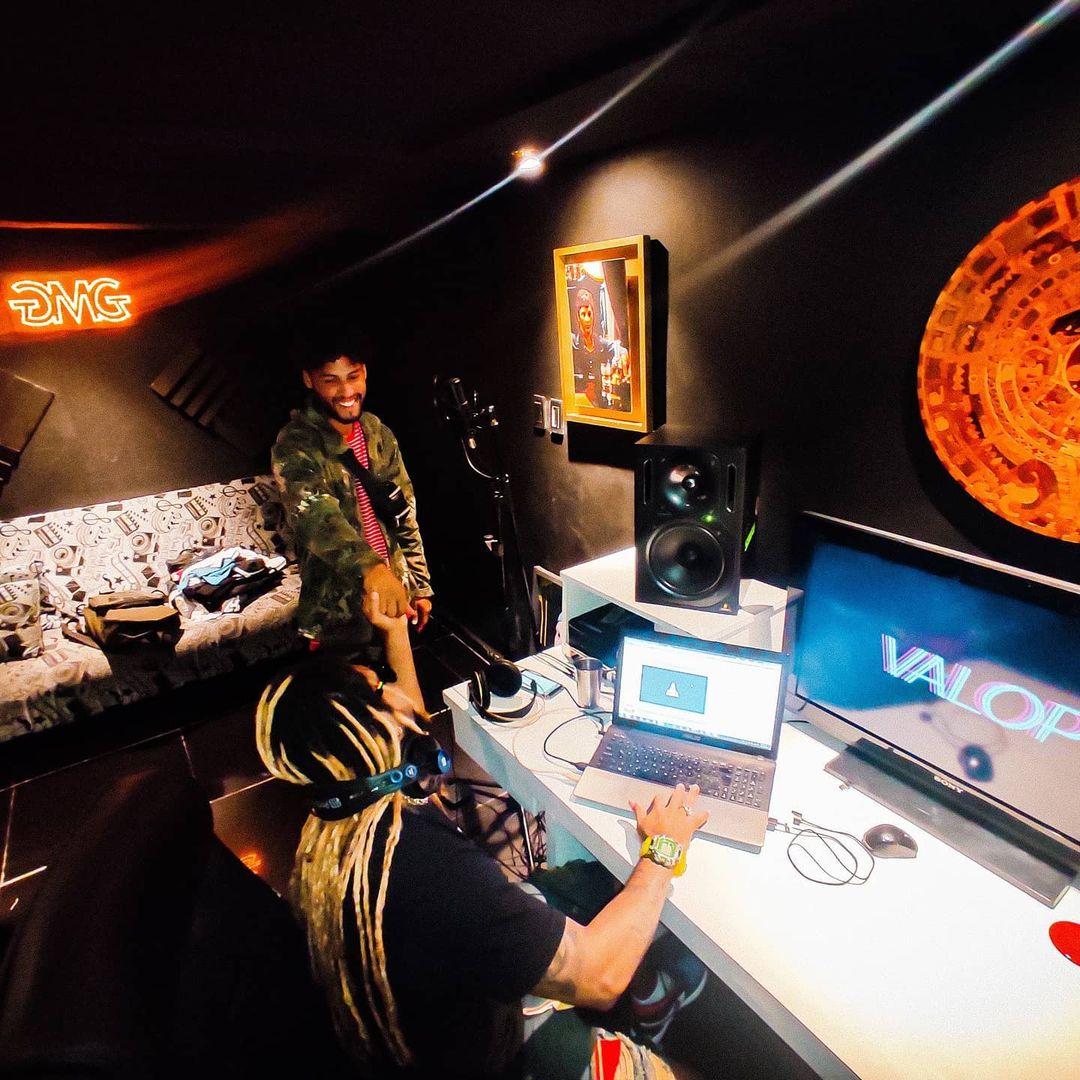 Artista callejero en estudio de grabación